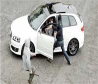 «بأسلوب المغافلة».. عاطل يسرق سيارة من مالكها بالهرم