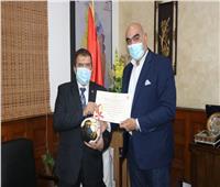 رئيس كرة اليد يُكرم شركة جنوب القاهرة للكهرباء لجهودها فى إنجاح المونديال