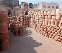 قرية «الفخارين».. أيادي «تتلف» في حرير| صور