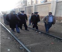 إخلاء الباعة الجائلين من على شريط السكة الحديد بالقناطر الخيرية| صور