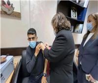 وزيرة الصحة الفلسطينية تعطي جرعة لقاح كورونا لأسرى محررين