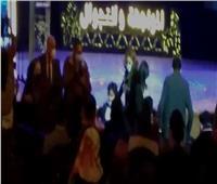 طفل يهدي وزيرة الثقافة «علم مصر» في افتتاح «مسرح التجوال»