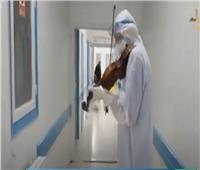فيديو| طبيب تونسي يعزف على الكمان لرفع معنويات مرضى كورونا