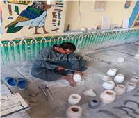 «القرنة» مركز يتفنن في نحت الصخر.. مصنع مفتوح لإنتاج التحف | فيديو