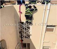 رجال الداخلية ينقذون قطة عالقة أعلى عقار| صور