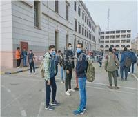 طلاب أولى ثانوي يتوافدون على اللجان وسط إجراءات احترازية.. صور