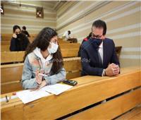 على «البنچ».. ماذا قال وزير التعليم العالي لـ«طالبة أسنان»