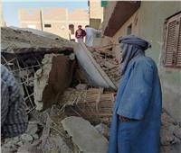 انهيار منزل من طابقين في نجع حمادي   صور