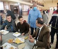 رئيس جامعة الأزهر يتناول الغداء وسط طلاب المدينة الجامعية بمدينة نصر