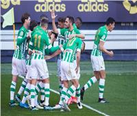 ريال بيتيس يخطف فوزا قاتلا من قادش بالدوري الإسباني  فيديو