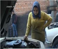 «فتاة بـ 100 راجل» تتحدى الظروف لمساعدة والديها وتعمل بورشة أبيها.. فيديو