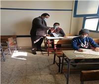 بالكمامات.. التلاميذ يؤدون امتحانات التيرم الأول بقنا