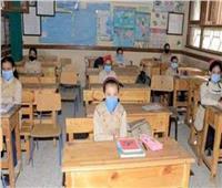 طلاب الصف الخامس الابتدائي يؤدون امتحانات الترم الأول بالمنيا