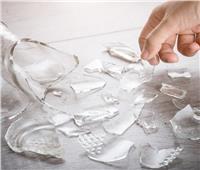 أفضل الطرق الآمنة لجمع الزجاج المكسور في المنزل