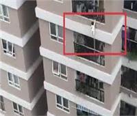 معجزة تنقذ طفلة من الموت بعد سقوطها من الطابق 12   فيديو