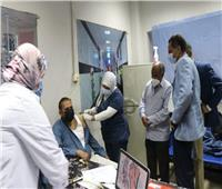 الأطقم الطبية بمستشفى أسوان الجامعي يتلقون لقاح كورونا
