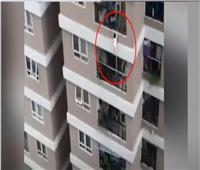 طفلة تسقط من الطابق الـ«12» وتظل على قيد الحياة |فيديو