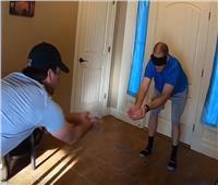 «أمريكي معصوم العينين» يلتقط 215 حجر نرد ويدخل «موسوعة جينيس»| فيديو