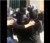 فيديو | انهيار رضوى الشربيني في جنازة والدتها