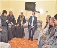 محافظ أسيوط يقدم واجب العزاء لأسرة ضحايا بئر صرف صحي