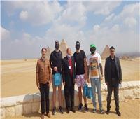 بالصور| نجوم الكرة الأمريكية يقضون إجازتهم في مصر ويستهلونها بـ«أبوالهول»