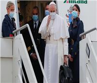 خلال زيارته التاريخية.. البابا فرنسيس يقبل العلم العراقي | صورة
