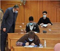رئيس جامعة كفر الشيخ يتابع سير الامتحانات ويجيب على استفسارات الطلاب
