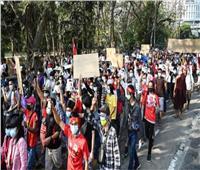 آلاف يتظاهرين في شوارع بورما وسقوط جرحى