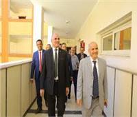 رئيس جامعة الأقصر يواصل جولاته لمتابعة الامتحانات بالحاسبات والمعلومات