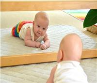 للأمهات.. هل يجوز ترك طفلك يلعب أمام المرآة