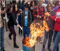 أمريكيون يحرقون أقنعتهم الواقية احتجاجا على إجراءات كورونا