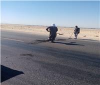 للحد من الحوادث.. ترميم الحفر بطريق قنا الصحراوي الغربي