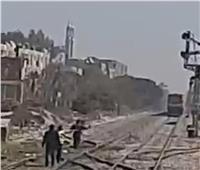 يقظة قائد قطار تًنقذ حياة سيدة حاولت الانتحار بقنا  | فيديو