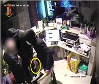 رغبة في كسب المال.. عصابة من القصر تسطو على فندق بتورينو في إيطاليا| فيديو