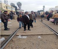 الباعة الجائلون بشبين.. تركوا الشوارع وافترشوا قضبان السكة الحديد