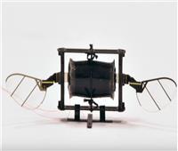 ابتكار طائرة مسيرة بحجم ذبابة لتنفيذ مناورات جوية.. فيديو