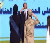 يوم الشهيد| الرئيس السيسي يقدم التحية العسكرية لنجل الشهيد مصطفى عبيدو