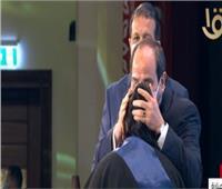 الرئيس السيسي يقبل رأس «أم شهيد» خلال الندوة التثقيفية للقوات المسلحة