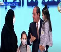 «السيسي» يحمل ابنة الدكتور أبو غنيمة شهيد كورونا فى الاحتفال بيوم الشهيد