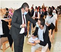 رئيس جامعة القناة يتفقد لجان الامتحانات بالكليات