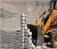 إزالة 3 حالات تعدٍ بالبناء على أراضي الدولة بمساحة 1765 متر بإسنا