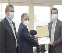 وزير المالية يكرم أحد مأموري الجمارك لتفانيه في أداء واجباته الوظيفية