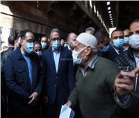خلال جولته بوكالة الغورية..رئيس الوزراء يستمع لشكاوى الأهالي ويوجه بحلها فوراً