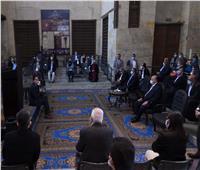 «جالساً على الأرض».. رئيس الوزراء يبعث برسائل أمل لأهالي سكان القاهرة التاريخية| صور