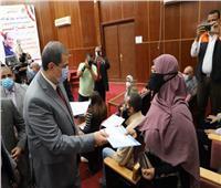 «سعفان» يسلم 20 عقد عمل لذوي الهمم والعزيمة بالبحر الأحمر