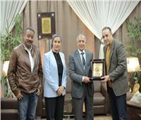 أبوزيد يهدي درع الشمس إلى رئيس الأكاديمية البحرية