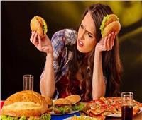 دراسة تكشف العلاقة بين التوتر والرغبة في تناول الوجبات السريعة لدى النساء