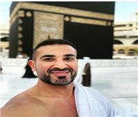 «أحمد سعد» يظهر بملابس الإحرام أثناء «العمرة» ويعلق بقصيدة «ابن عربي»