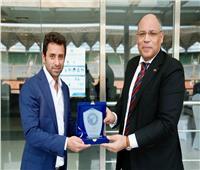 بيراميدز يهدي درعه للسفير المصري في تنزانيا