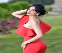 بفستان أحمر وحافية القدمين.. دومينيك حوراني تشعل السوشيال ميديا| صورة